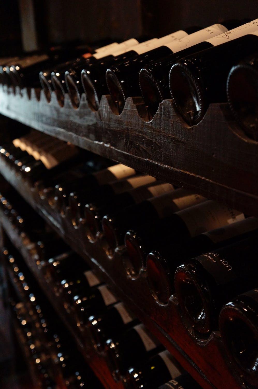 Vinflasker på en vinhylde