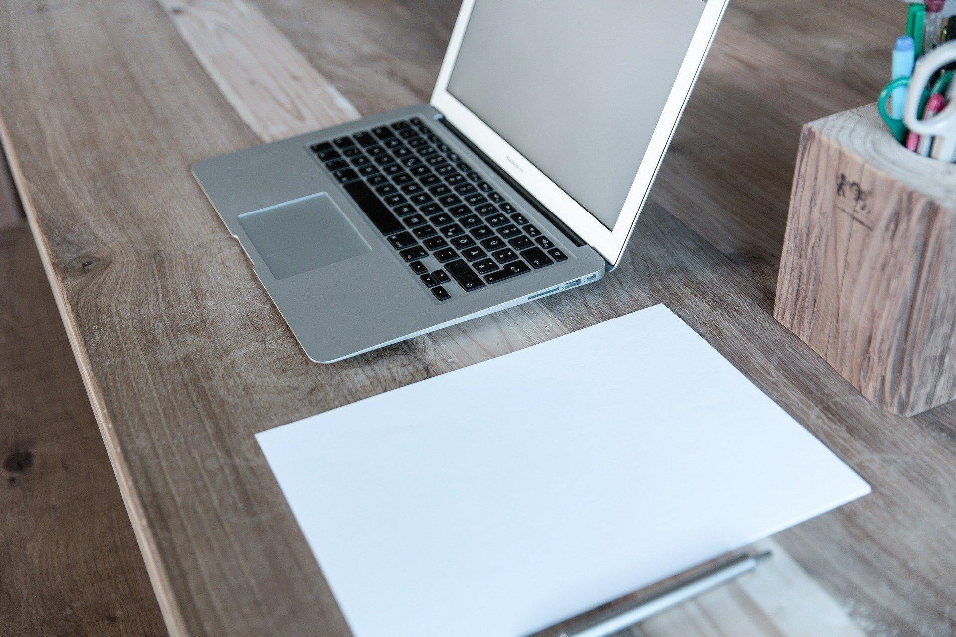 Computer på planke skrivebord