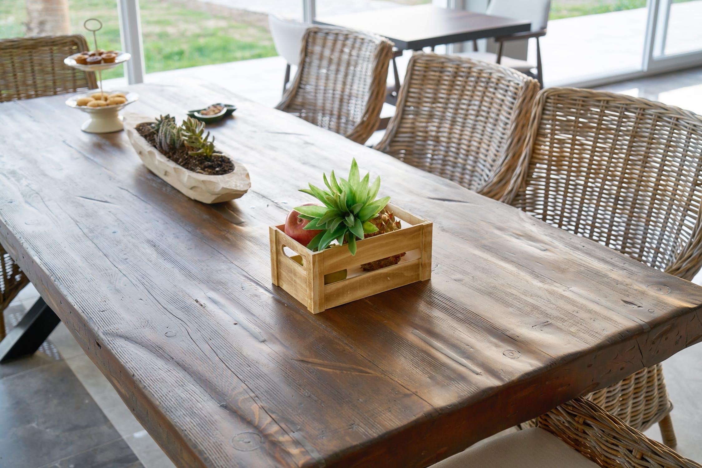 Planke skrivebord i stuen