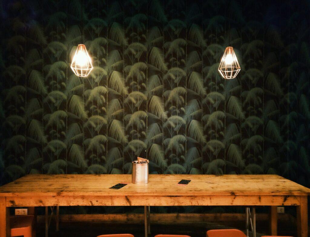 Planke skrivebord med to lamper over